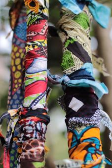 Les bâtons totem sont peints ou habillés de tissus.